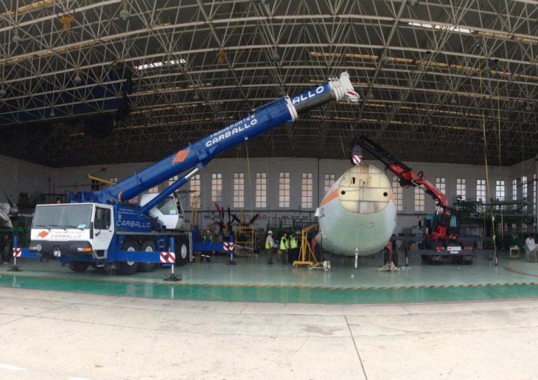 Desmontaje-e-izado-de-avión-ATR-72